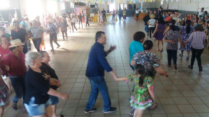 Arraiá da Terceira Idade reúne 200 idosos em Água Boa