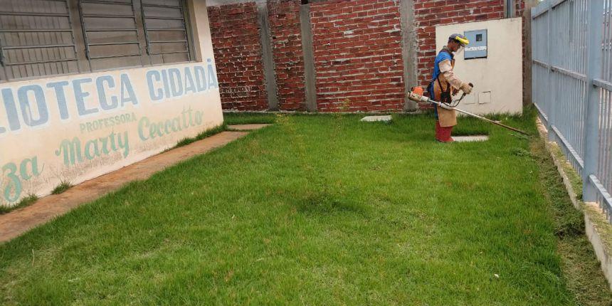 Equipe do pátio realiza roçada em prédios públicos