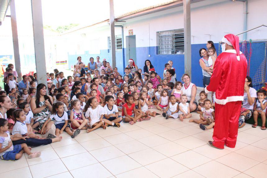 Entrega de presentes em comemoração ao natal no CMEI José Chiarallo