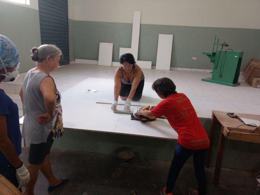 Mulheres ampliam sua mão de obra com curso de marcenaria