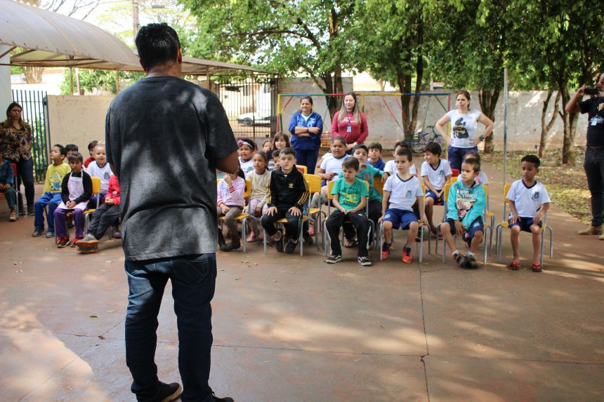 Alunos da Escola Municipal Professora Maria Aparecida Lacal assistem à peça O Pequeno Polegar