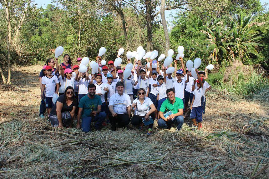 Secretaria Meio Ambiente e Instituto Jogue Limpo realizam plantio de árvore