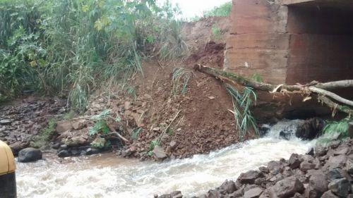 Secretaria de agricultura realiza manutenção na ponte do Marilá