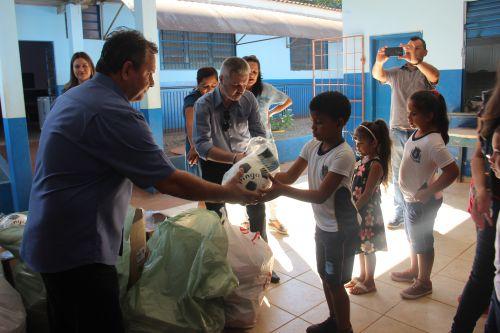 Sicredi doa presentes de natal para os alunos da Escola Lacal