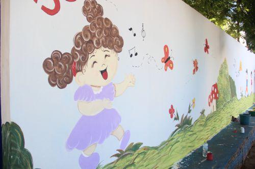 Estagiárias do CMEI realizam pintura de muro e reforma da Brinquedoteca