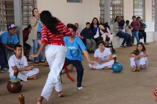 Oficina de capoeira da Casa da Cultura realiza apresentação para alunos da APAE