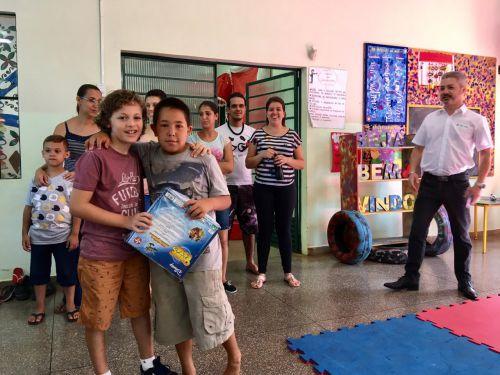 Sicredi de Paiçandu entrega presentes para crianças