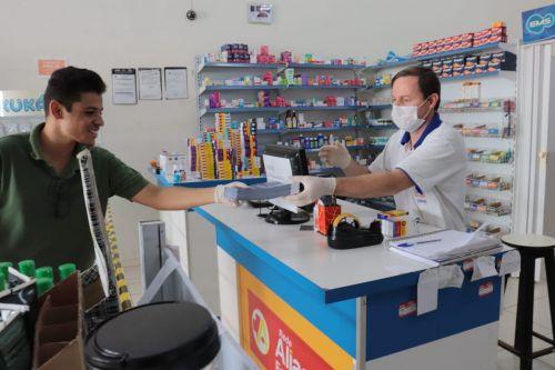 Estabelecimentos recebem panfletos com instruções para evitar a transmissão do coronavírus