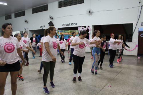 Evento em comemoração ao Outubro Rosa reúne aproximadamente 100 mulheres no Jardim Pioneiro