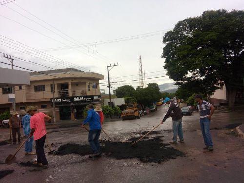 Prefeitura Municipal de Rosário do Ivaí realiza operação tapa-buraco no perímetro urbano.