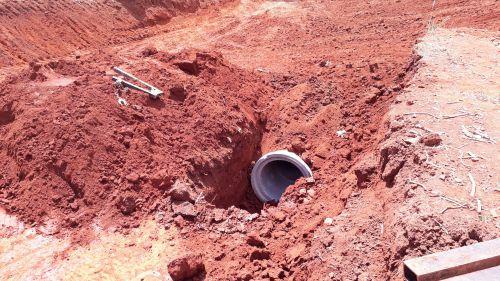 Prefeitura e DER executam serviço de canalização de água pluvial na PRC - 272