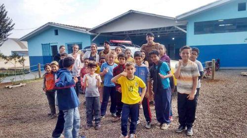 Projeto em Parceria com a Polícia Militar ensina crianças a serem cidadãos respeitosos e comprometidos com a lei e a ordem em Faxinal.