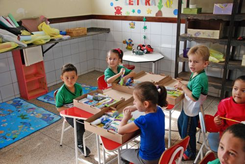 Prefeitura de Faxinal entrega kit escolar para alunos da rede municipal