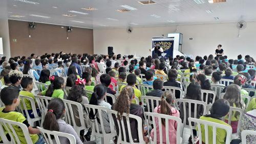 """Peça teatral """"Um Mundo Para Todo Muno"""" se apresenta para mais 500 crianças da rede municipal em Faxinal"""