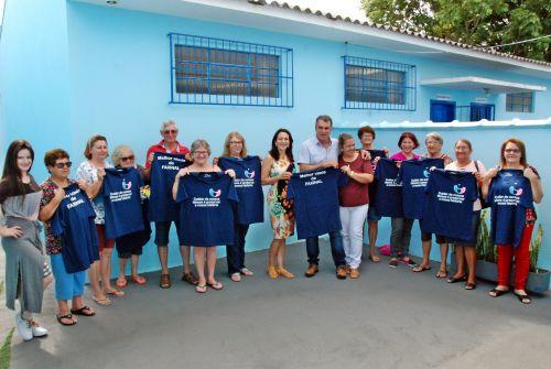 Grupo da Melhor Idade de Faxinal recebe camisetas personalizadas