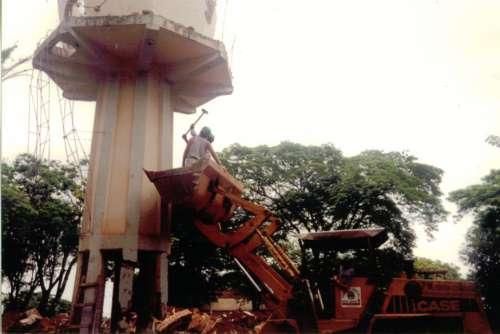 Destruição caixa d'água. Foto: Juarez Aparecido Nogueira Gonçalves – 1996/97.