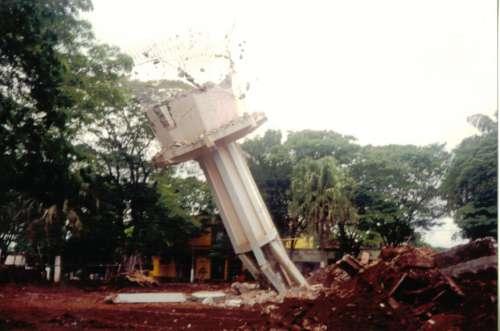 Queda da caixa d'água. Foto: Juarez Aparecido Nogueira Gonçalves – 1996/97.