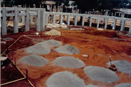 Início da construção do centro da nova praça Brasil. Foto: Juarez Aparecido Nogueira Gonçalves – 1996/97.