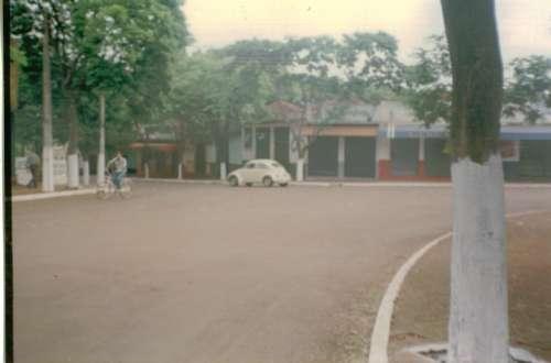 Praça e Rua Rio Branco. Circulação de veículos em volta da praça – 1995. Foto: Pedro Catabriga – 1995.