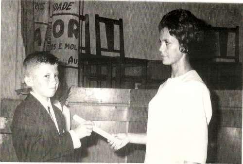 – Entrega de certificado pela 1ª Diretora do Grupo Escolar Regente Feijó – Dolores Garcia Catto – 1962.