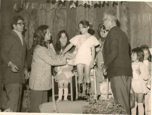 Concurso de Rainha da Festa Junina do Grupo Escolar Regente Feijó – 1972 – Padre Pedro Paulo Dias, 1ª Diretora do Grupo Escolar – Dolores Garcia Catto, Márcia Femidatti e Vice Prefeito da época Salvador Ortega.