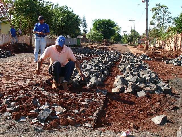 Urbanização com pedras irregulares: exemplo da aplicação de recursos do município para melhorias dos bairros e vilas