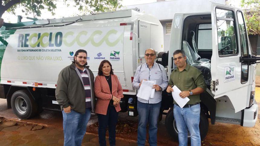 Ivatuba recebe caminhão coletor para reciclagem