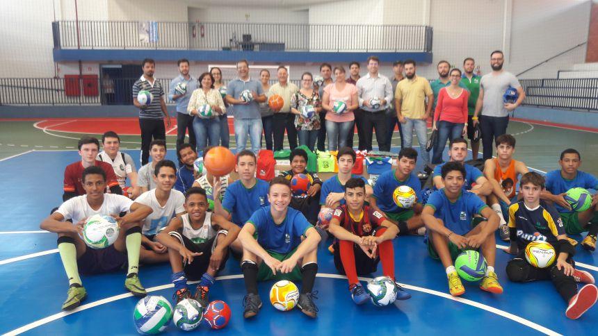 Ivatuba recebeu kits esportivos do programa Paraná Mais Esporte