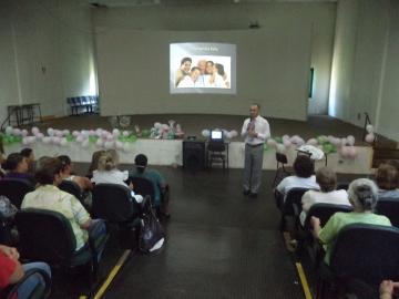 Mulheres participam de palestra relacionada à saúde