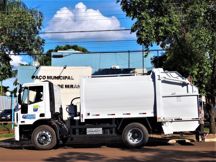 Prefeitura recebe novo caminhão coletor-compactador de lixo