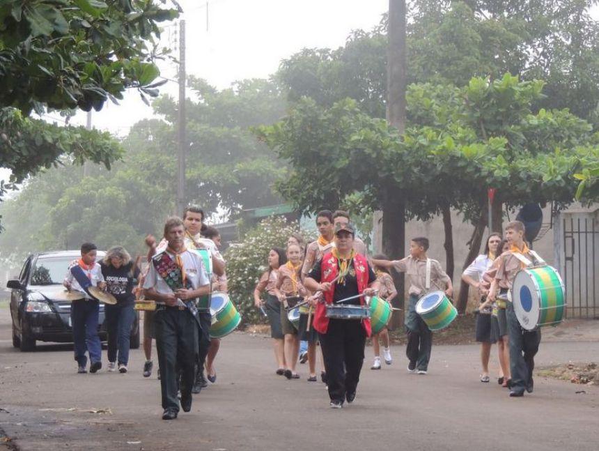 Desbravadores desfilam em alvorada aos 56 anos de Floresta