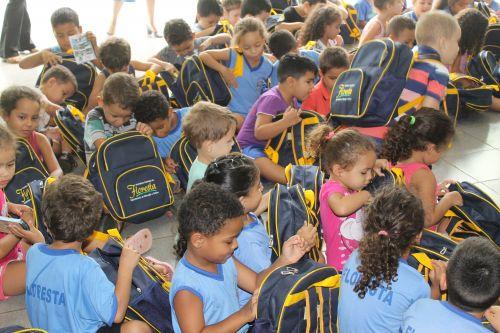 Prefeitura de Floresta faz a entrega dos Kits Escolares para alunos da rede municipal de Ensino e Apae