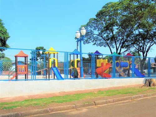 Prefeitura de Floresta faz a entrega do Segundo Playground Infantil