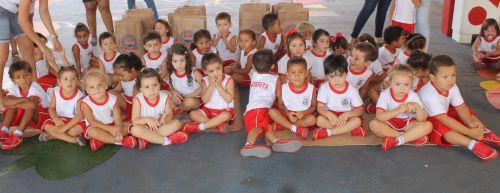 Prefeitura de Floresta Entrega Uniformes Escolares de Verão