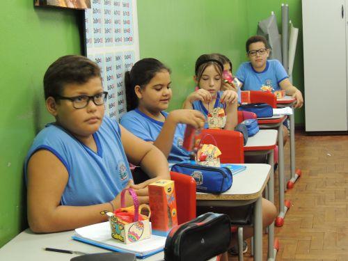 Entrega de chocolates nas Escolas e APAE