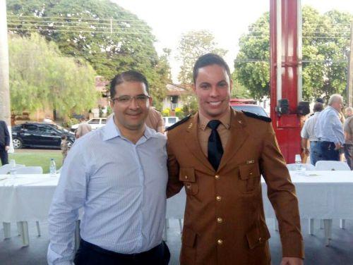 Prefeito Dê com Comandante do Corpo de Bombeiros de Paranavaí, Guilherme Brischilliari