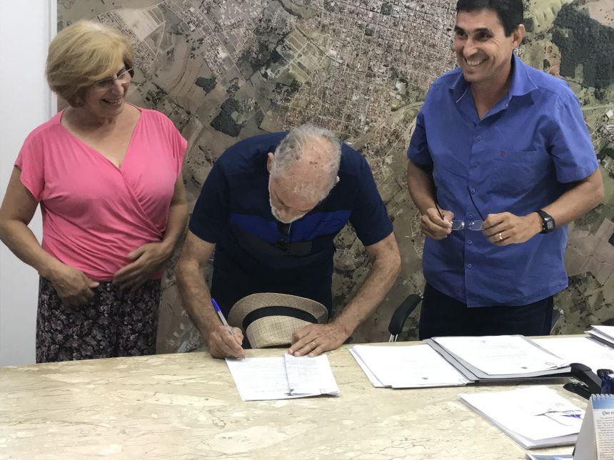Prefeito assina a cessão de uso para a sede da Cooperativa Copescarte
