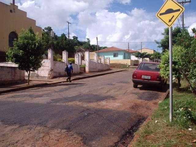 Prefeitura atende reivindicação da população com redutores de velocidade