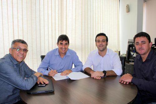 Prefeito assina convênio para aquisição de Equipamentos Rodoviários
