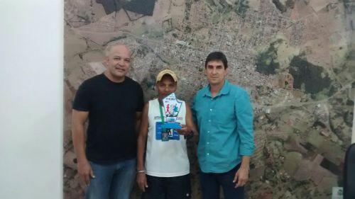 Prefeito recebe Platinense que recebeu medalha de 1º lugar na 4ª Prova Pedestre