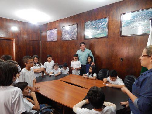 Alunos visitam a sede da  Administração Municipal