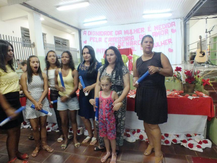 SECRETARIA DE ASSISTÊNCIA SOCIAL ENTREGA CERTIFICADOS DO CURSO DE MAQUIADORA PROFISSIONAL