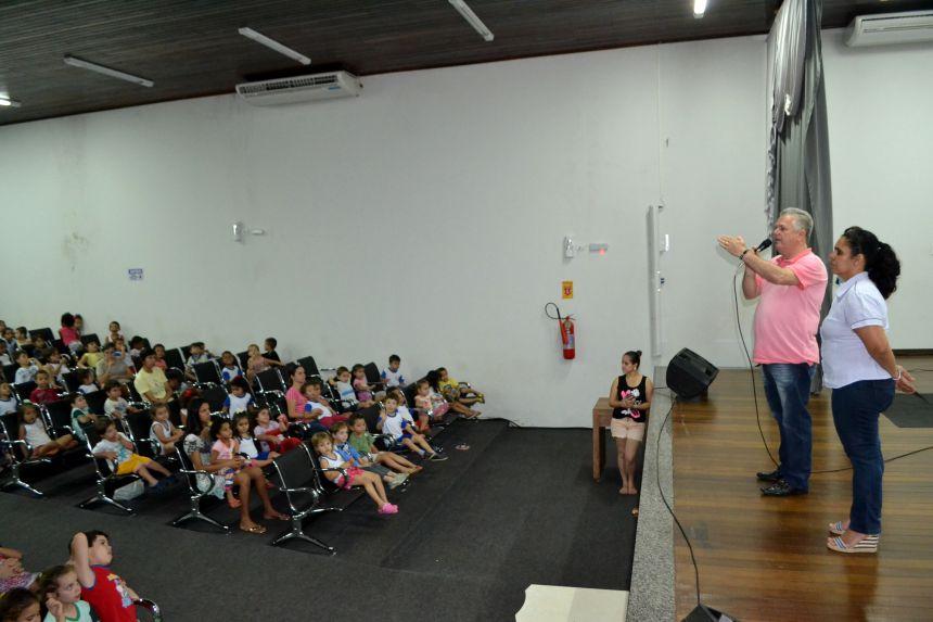 CRIANÇAS DO CMEI RECEBEM HOMENAGEM COM TEATRO INFANTIL