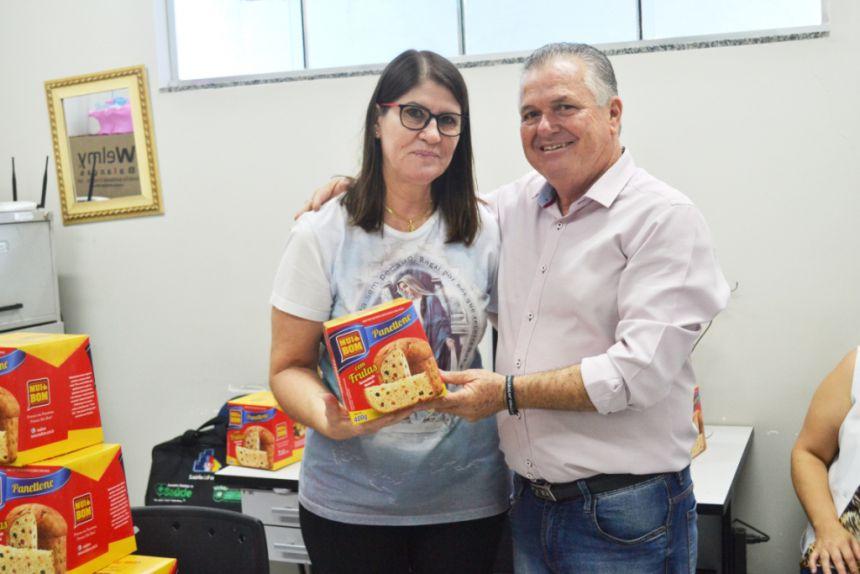 SERVIDORES RECEBEM PRESENTES E FELICITAÇÕES PELAS FESTAS NATALINAS