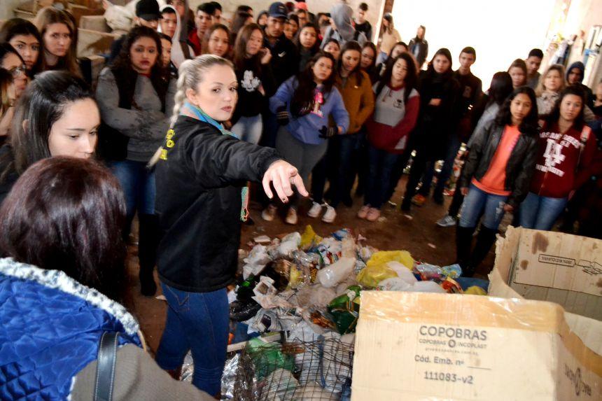 ALUNOS DE ALTÔNIA REALIZAM VISITA A ATERRO MUNICIPAL