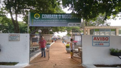 EQUIPE DE COMBATE A ENDEMIAS INSPECIONA CEMITÉRIO E CONSCIENTIZA POPULAÇÃO
