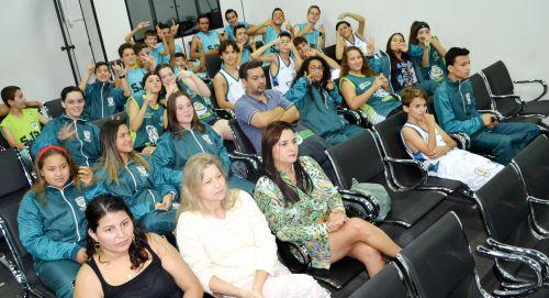 EM SOLENIDADE COM PAIS, EQUIPES E PROFESSORES RECEBEM KITS ESPORTIVOS