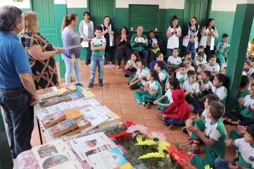 """Sanepar entrega 290 livros para o município com o projeto social """"Livro Solidário"""""""