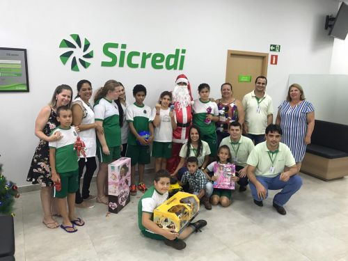 Alunos recebem presentes do Papai Noel Sicredi