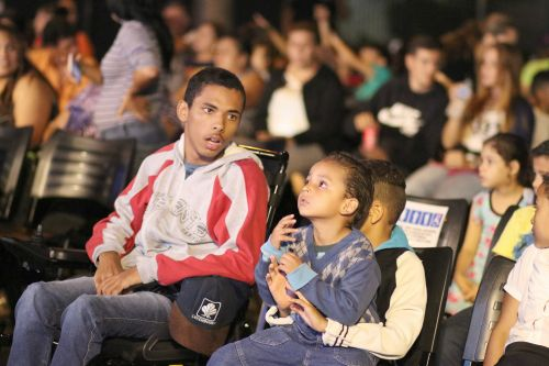 Leópolis recebeu o projeto Cinema na Praça com exibição de filmes ao ar livre para a população.